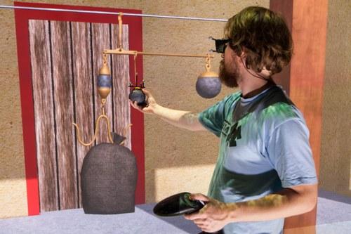 Homme qui manipule des objets virtuels
